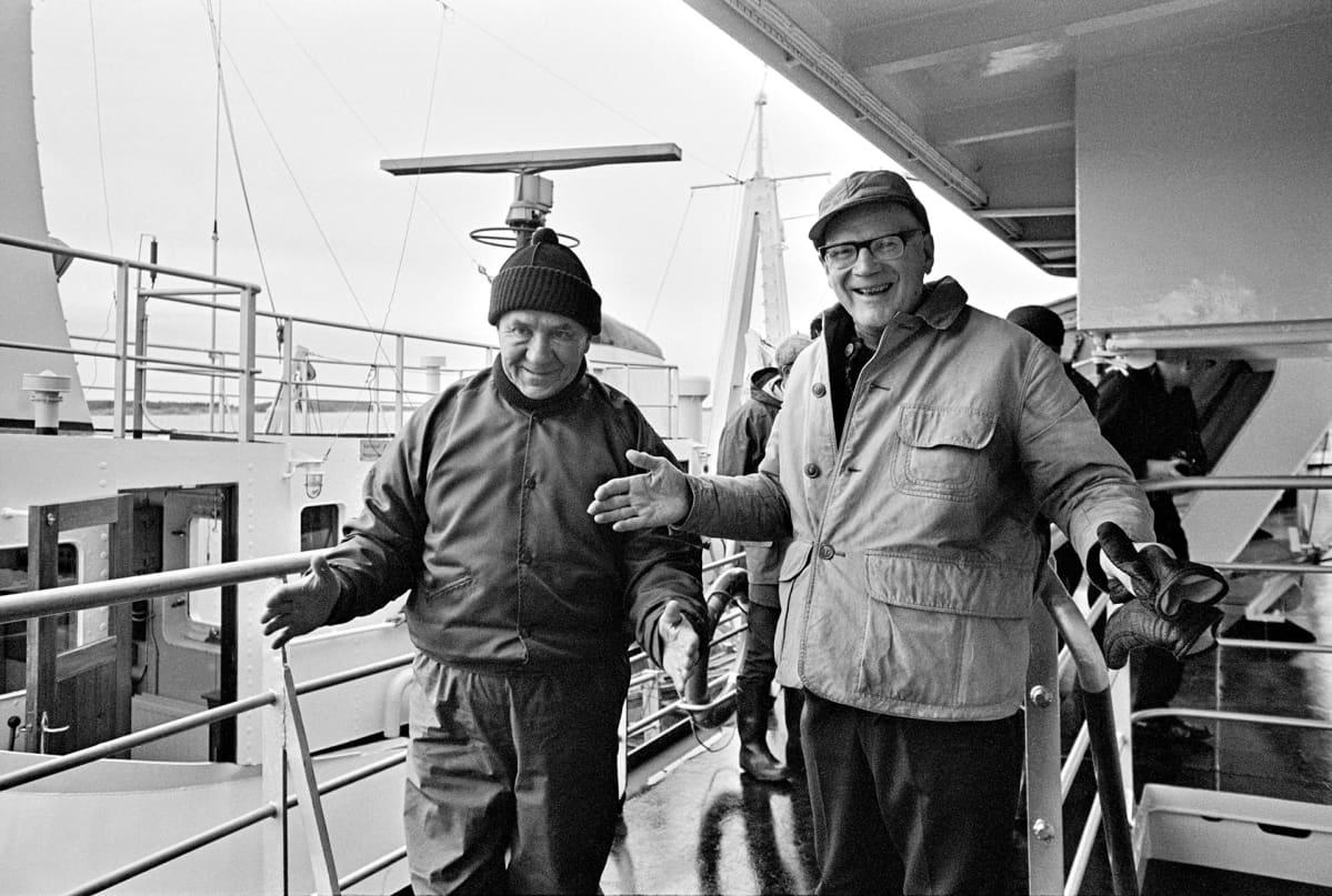 Neuvostoliiton pääministeri Aleksei Kosygin ja presidentti Urho Kekkonen kertovat kalansaaliistaan.