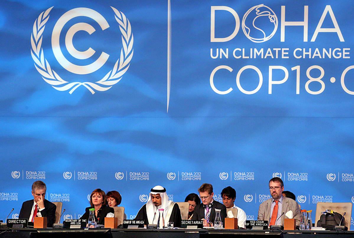 Delegaatit kokouspöydän ääressä.