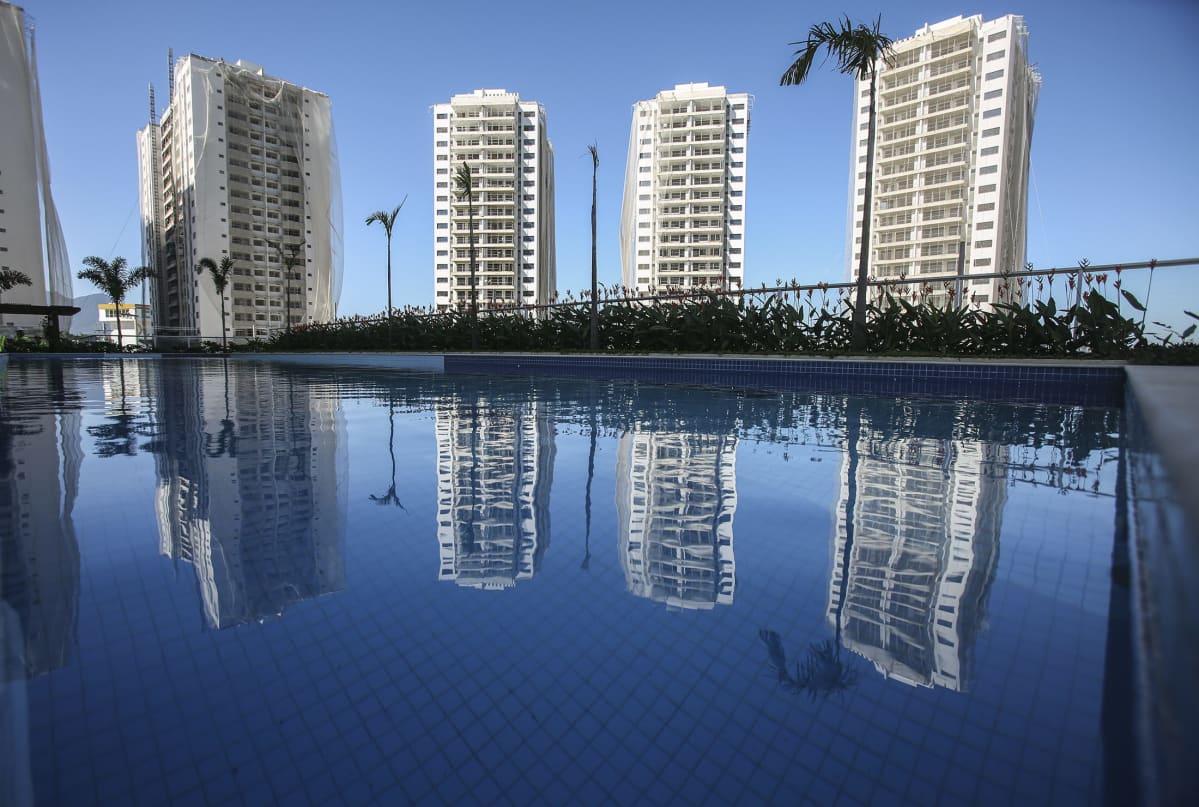Rio de Janeiron olympiakylä osittain pressuissa 2015.