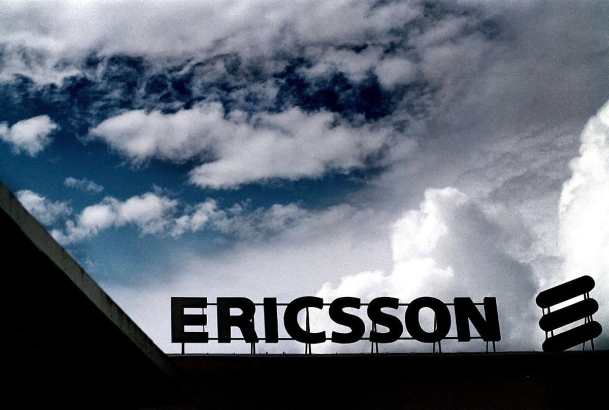 Tummia pilviä kerääntyy Ericssonin logon ylle.