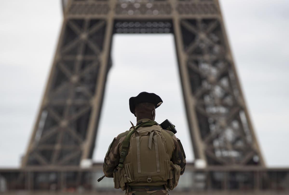 Sotilas vartioi Trocaderon aukiota lähellä kuuluisaa Eiffelin tornia Pariisissa 30. lokakuuta 2020. Ranskassa kiristettiin terrorivalmiutta Nizzan eilisen terrori-iskun jälkeen.