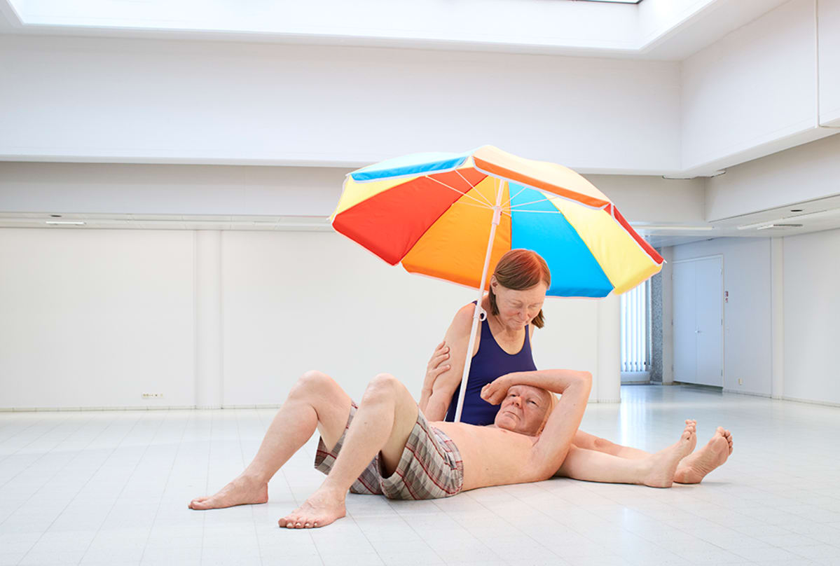 Veistos, Couple under an Umbrella | Pariskunta varjon alla. Sekatekniikka, 300 x 400 x 350 cm. Courtesy Hauser & Wirth / Anthony d'Offay, London