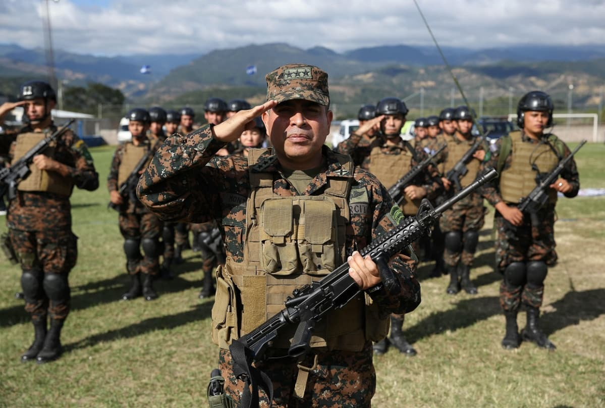 Sotilaita asennossa vuorimaiseman edessä
