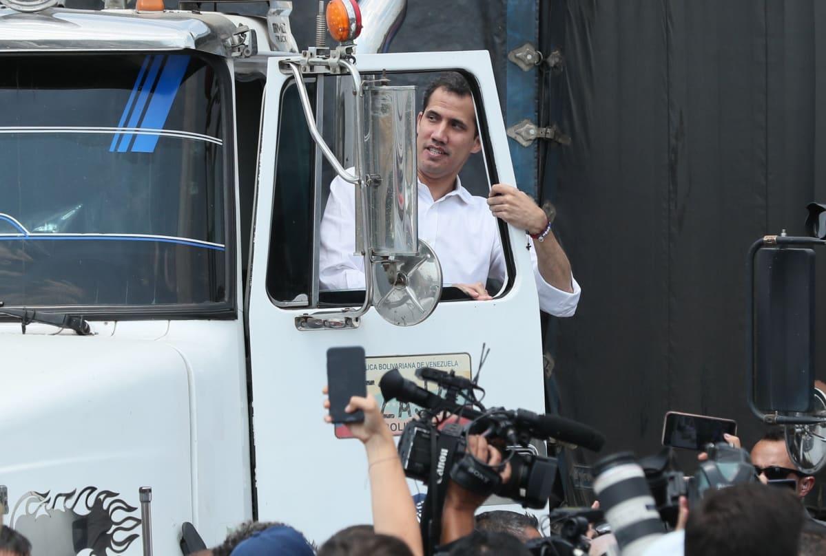 Oppositiojohtaja Juan Guaidó lähetti avustusrekat Kolumbian Cúcutasta kohti Venezuelaa.