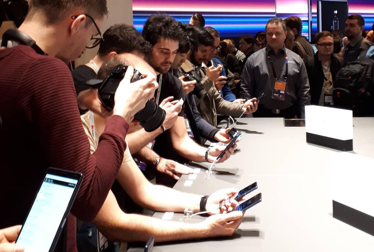 Väkeä testaamassa Sonyn puhelimia