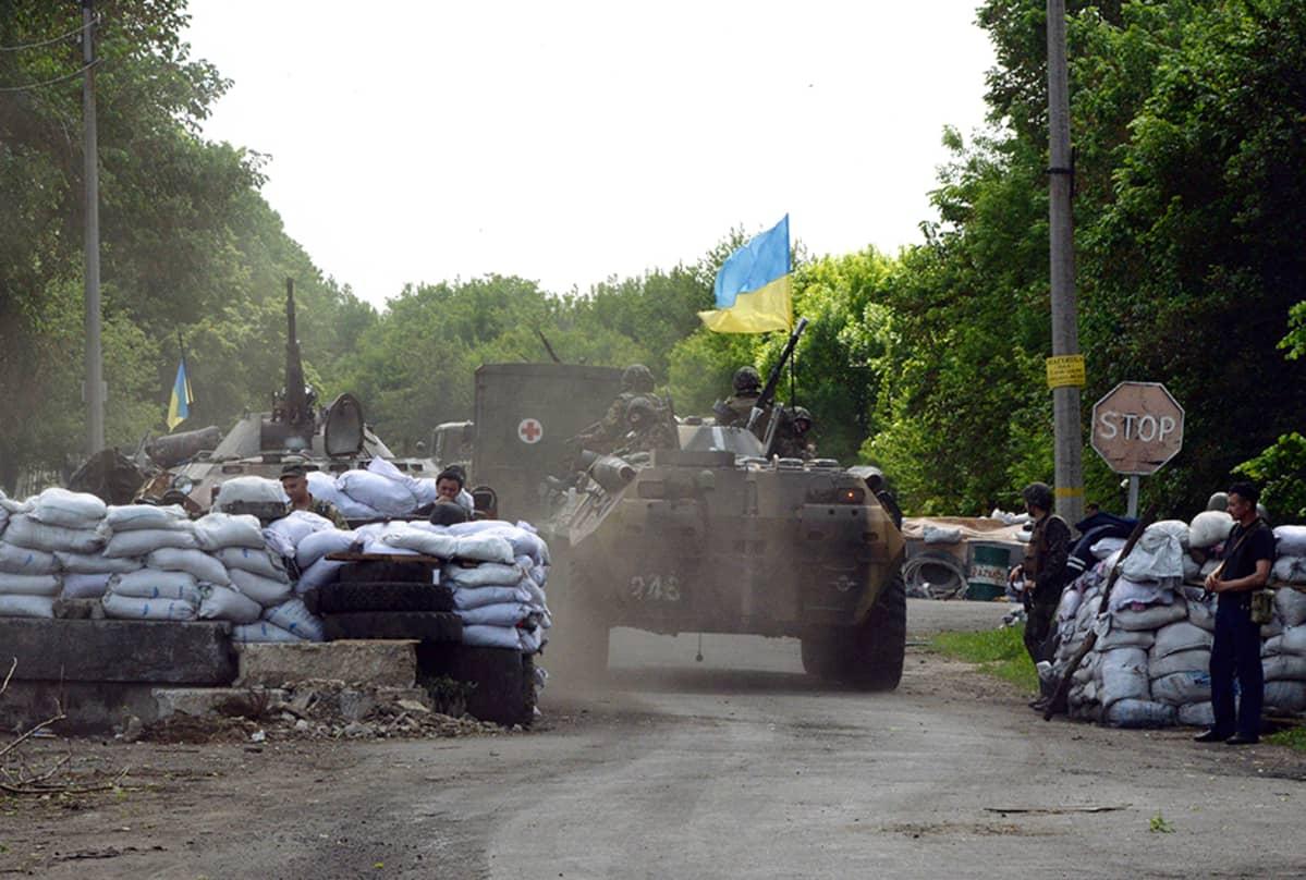 Ukrainalaissotilaita Slavyanskin rajanylityspisteellä 13. toukokuuta.