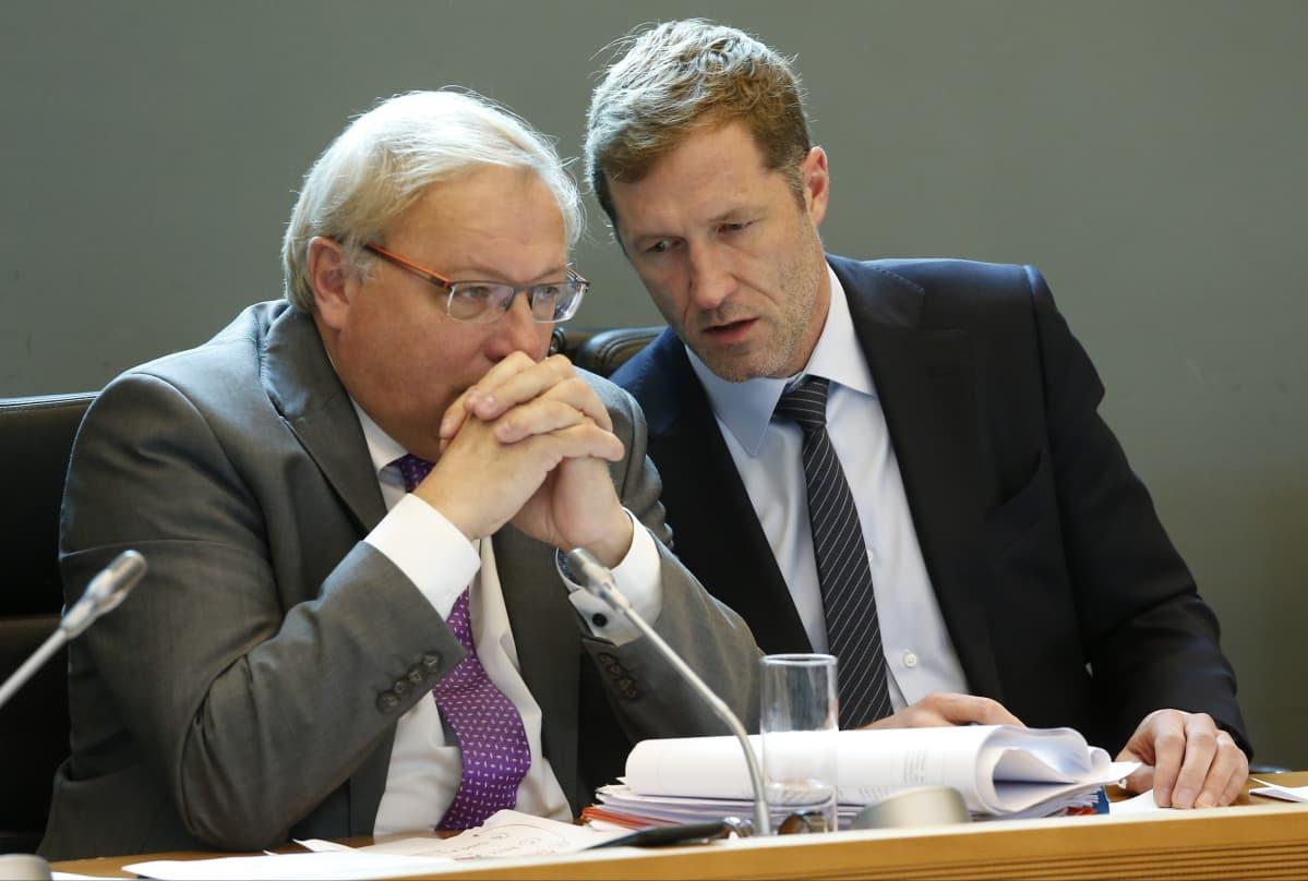 Vallonian parlamentin puhemies André Antoine (vas.) ja ministeripresidentti Paul Magnette.