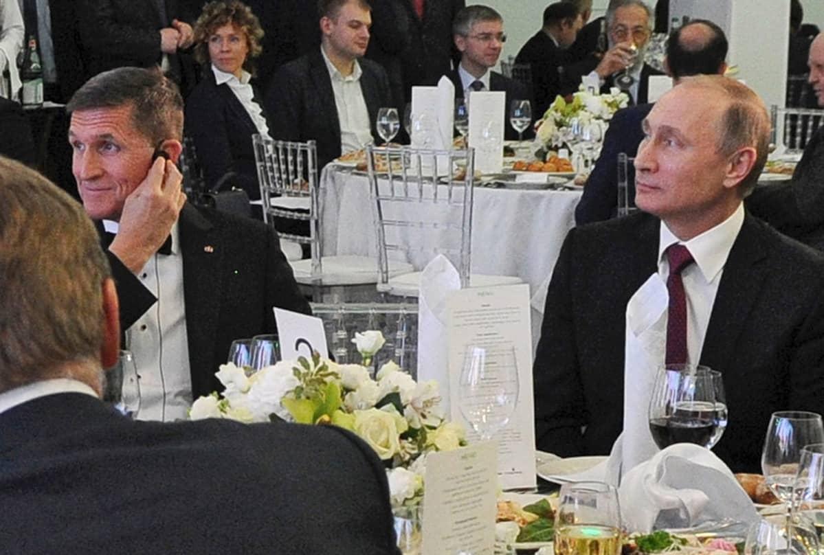 Trumpin turvallisuuspoliittiseksi neuvonantajaksi noussut kenraali Michael Flynn osallistui venäläisen RT-kanavan juhlatilaisuuteen Moskovassa joulukuussa 2015. Tapahtumaan osallistui myös Venäjän presidentti Vladimir Putin.