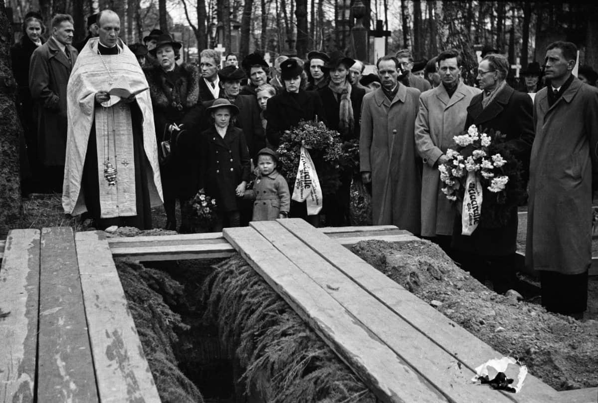 Hautajaiset Lapinlahden ortodoksisella hautausmaalla vuonna 1946.