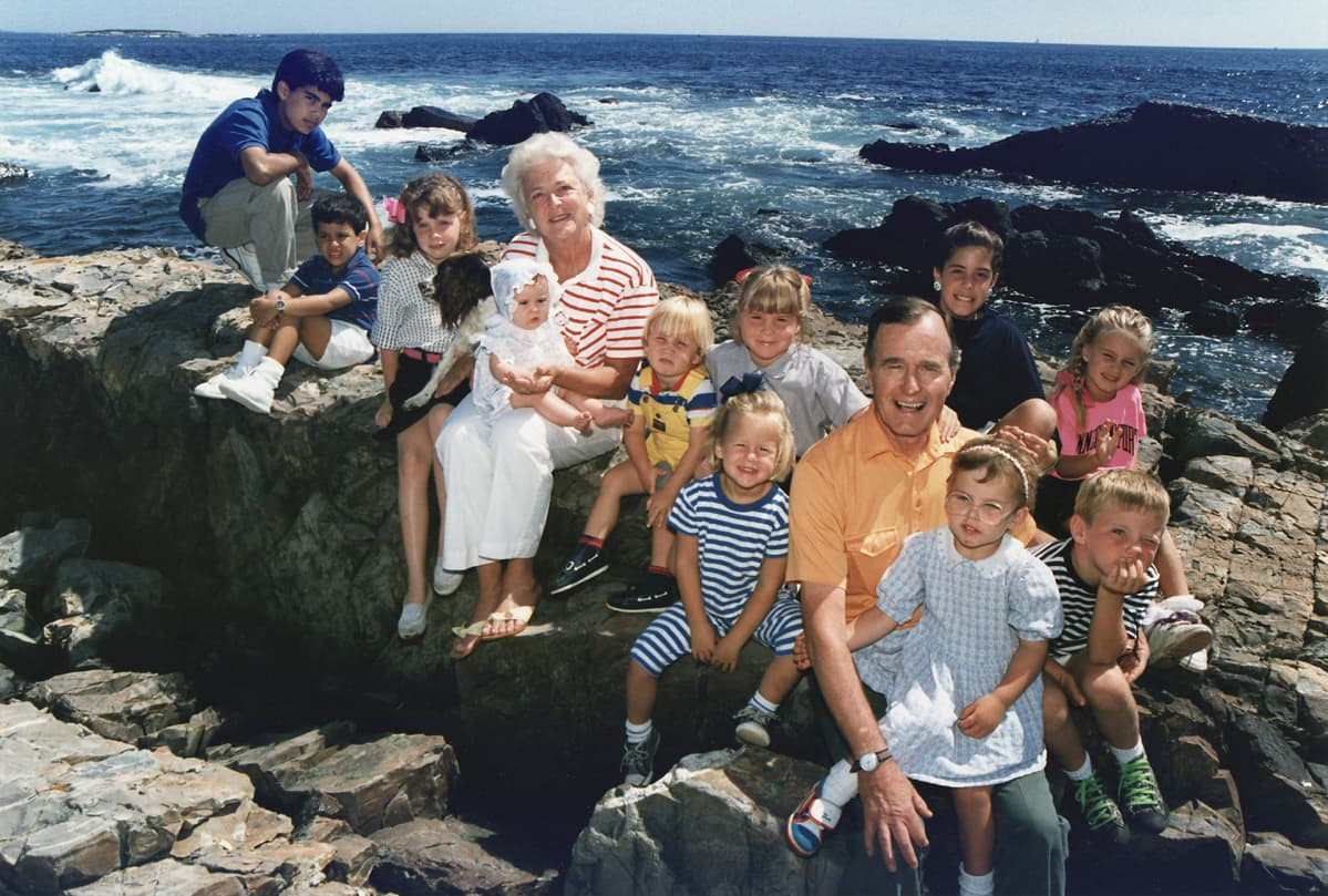 presidenttipari 12 lapsenlapsen kanssa merenrannassa