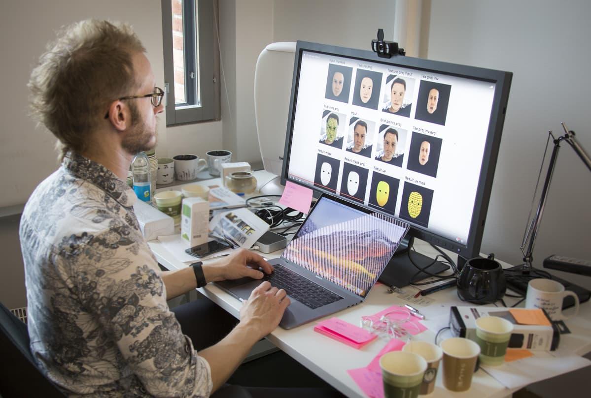 Jaakko Lehtinen katsoo kasvojen tunnistus -ohjelmaa.