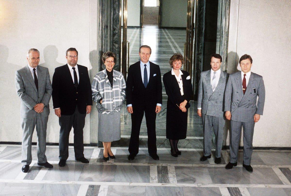 Toivo Pohjala, Ilkka Suominen, Ulla Puolanne, Harri Holkeri, Helena Pesola, Ilkka Kanerva ja Pertti Salolainen vuonna 1987