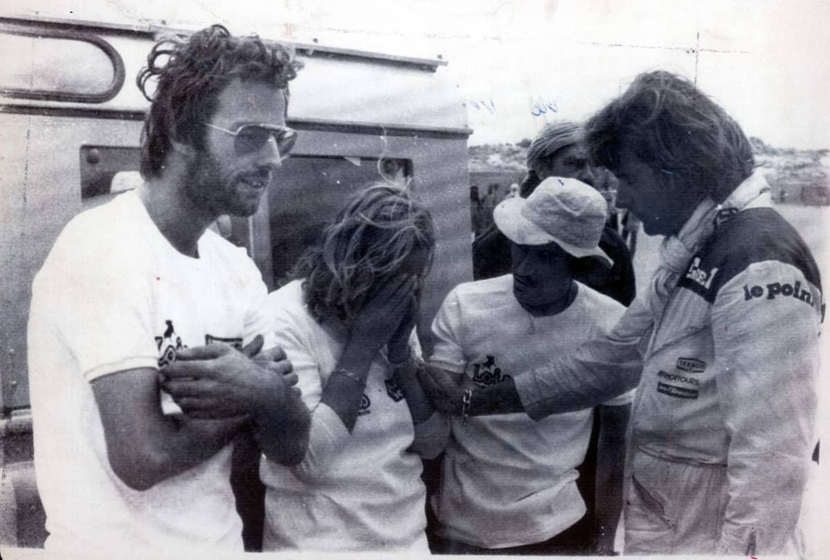 Mark Thatcher ja Charlotte Verney nojaavat ralliautoon. Verneyn kädet ovat hänen kasvoillaan.