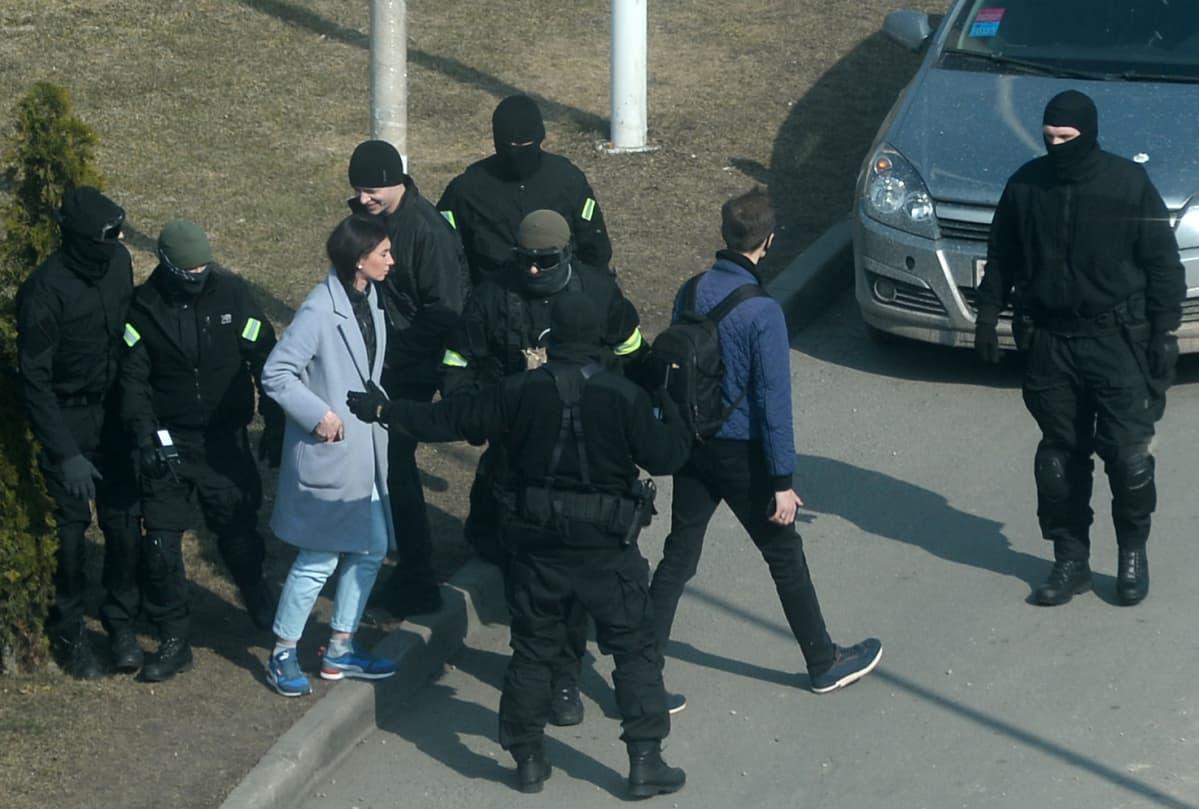 Valkovenäläiset poliisit ottivat kiinni naispuolisen mielenosoittajan Minskissä, Valko-Venäjällä.