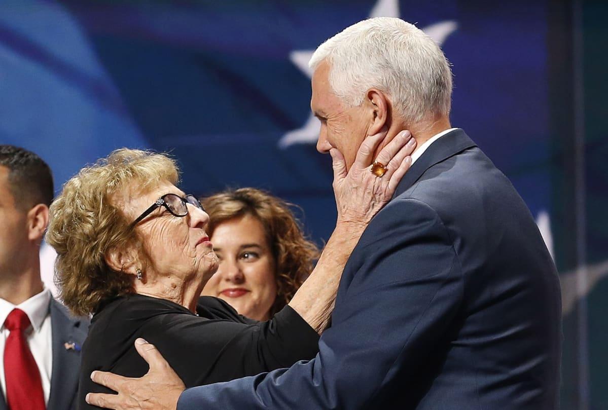 Nancy Reynolds pitelee poikansa kasvoja käsiensä välissä.