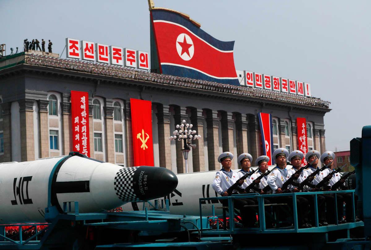 ohjuksia ja Pohjois-Korean lippu