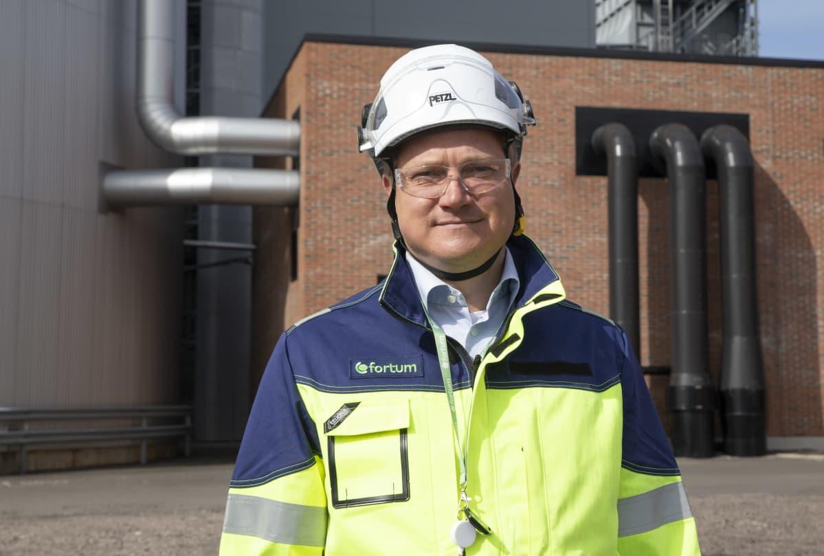 Timo Piispa liiketoimintajohtaja taustalla fortumin kaukolämpölaitos