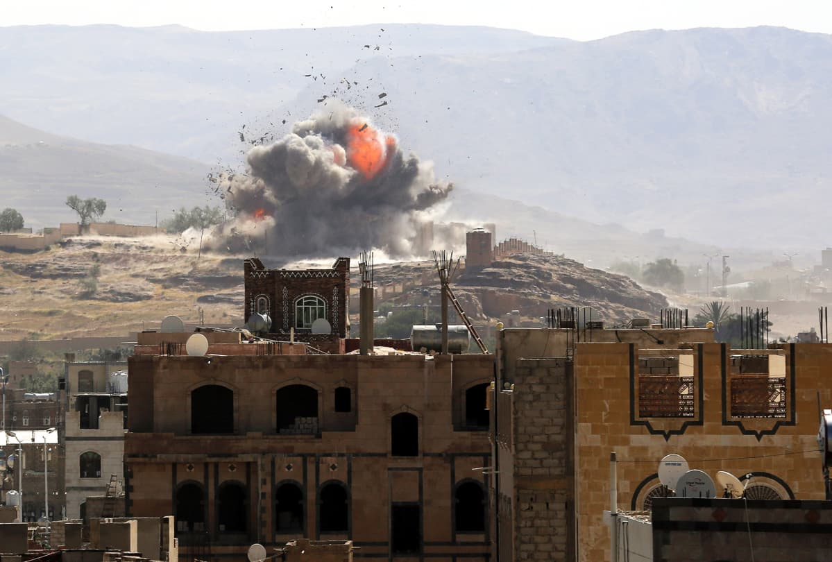 Saudi-arabian ilmaisku huthikapinallisten asemiin Sanaan lähistöllä Jemenissä.