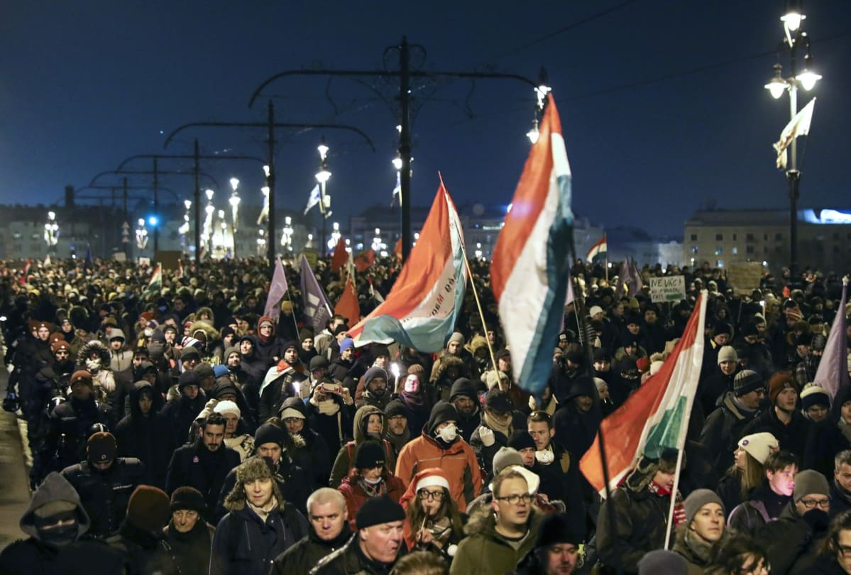 Mielenosoittajat protestoivat pääministeri Viktor Orbanin halintoa vastaan Budapestissä 16. joulukuuta 2018.