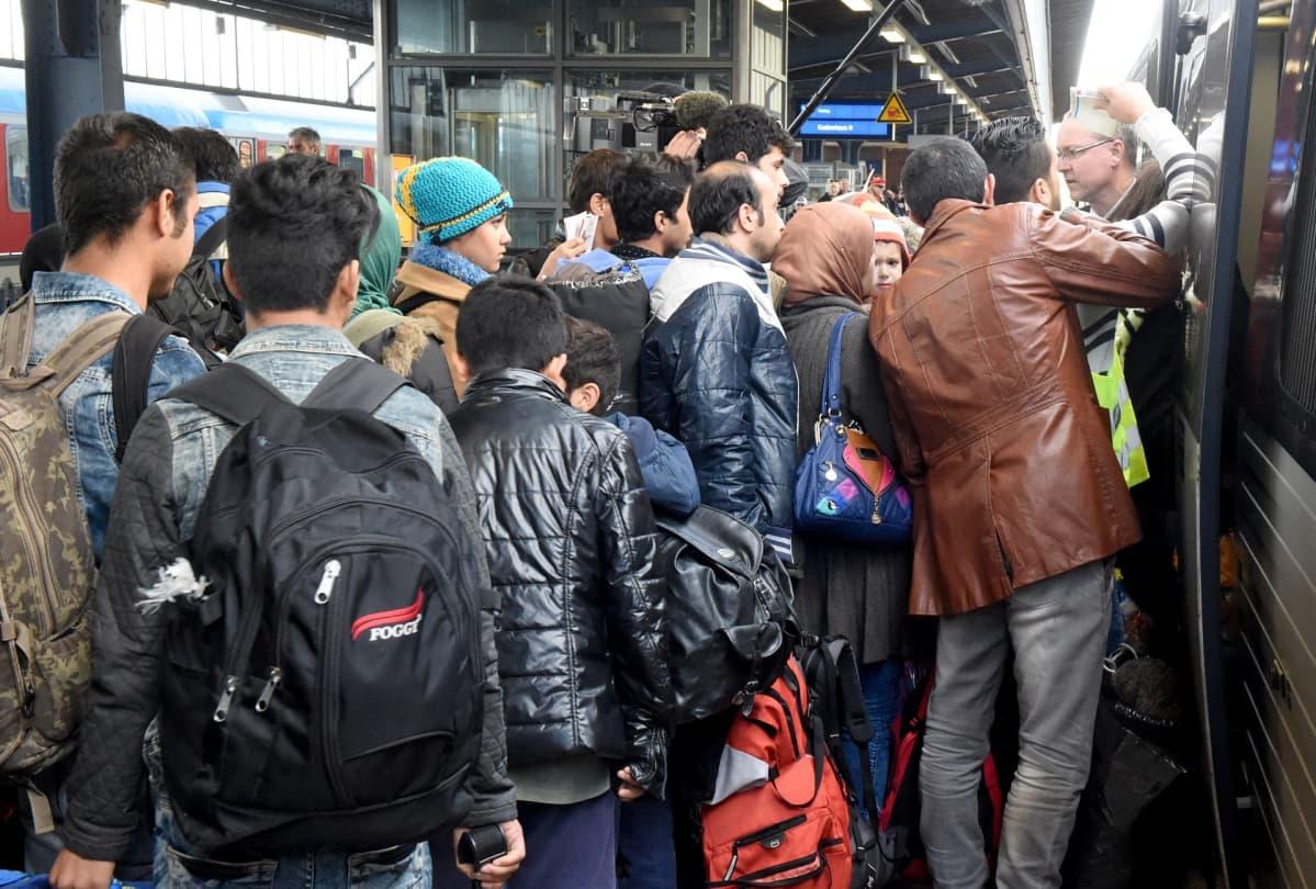 Ihmisiä menossa junaan