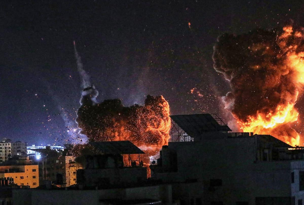 Tulipallot ja savupilvet nousevat taivaalle Isrealin ilma-iskussa Gazaan