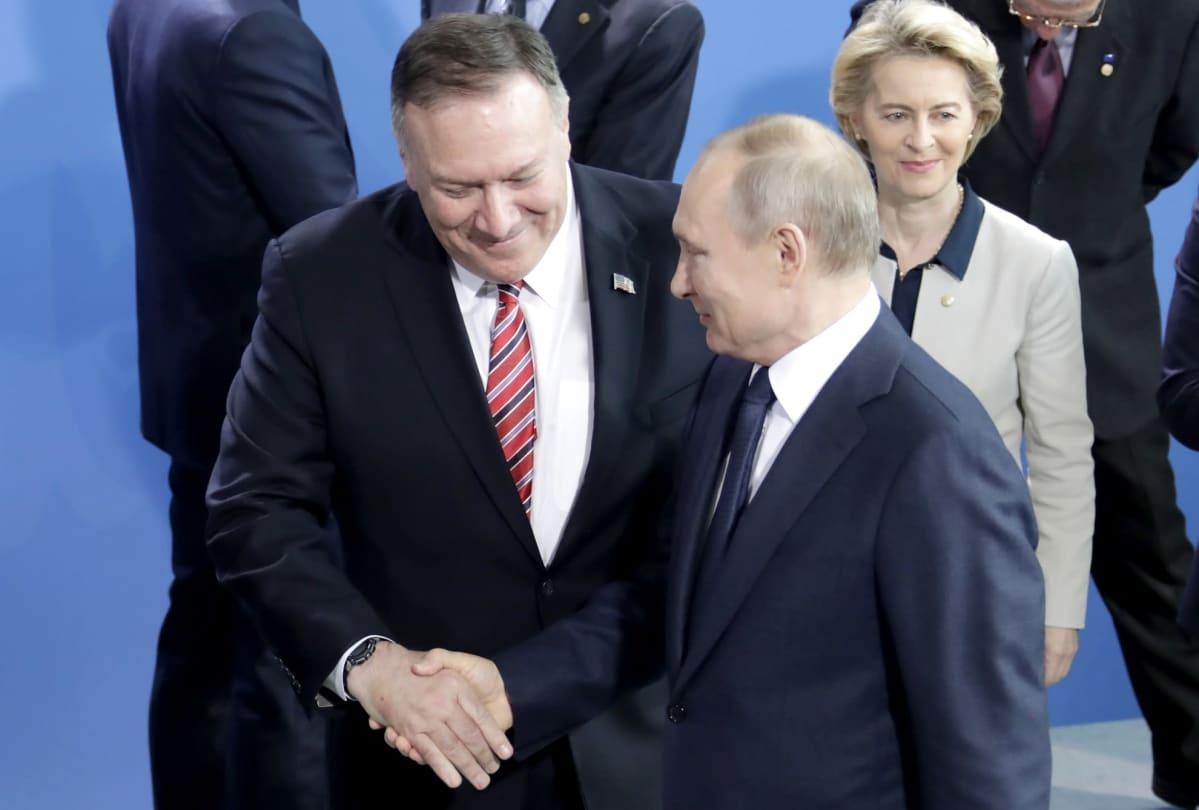 Yhdysvaltain ulkoministeri Mike Pompeo ja Venäjän presidentti Vladimir Putin kättelivät toisiaan Berliinin kokouksessa.