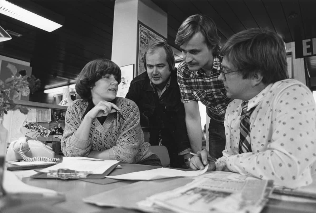 Makasiinitaidetta suunnitellaan 1980. Vasemmalta ohjaaja Pirjo Isomäki, kuvaaja Jorma Karhunen, toimittaja Tuomo Kaminen ja toimituspäällikkö Hannu Vilpponen.
