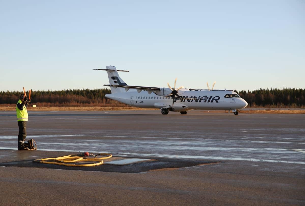 Lentokone saapumassa Kemi-Tornion lentoasemalle