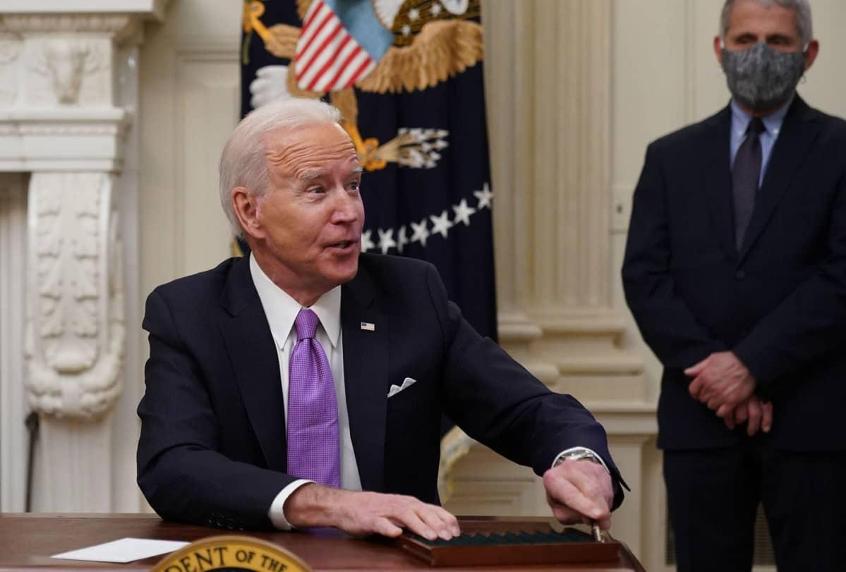 Johtava tartuntatautiasiantuntijaAnthony Fauci oli mukana Valkoisen talon tilaisuudessa, missä presidentti Joe Biden allekirjoitti tukun korona-asetuksia.
