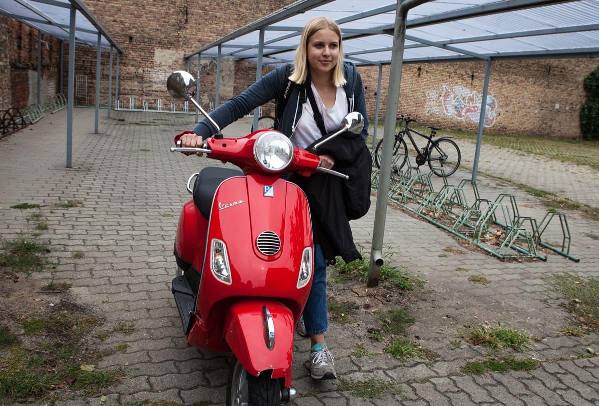 Lucie Halling taittaa viiden kilometrin koulumatkan skootterilla.