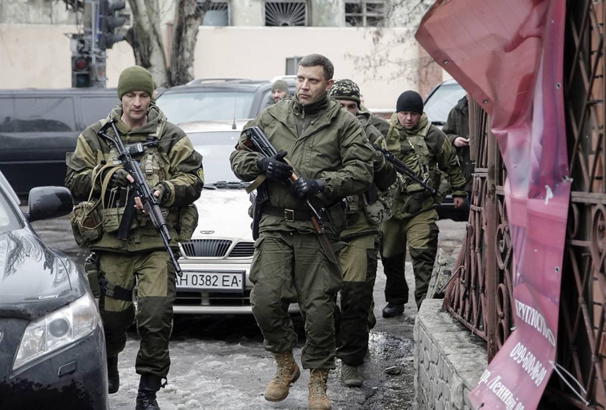 Itä-Ukrainan Venäjä-mielisten kapinallisten johtaja Aleksandr Zahartšenko Donetskin keskustassa torstaina 22. tammikuuta.