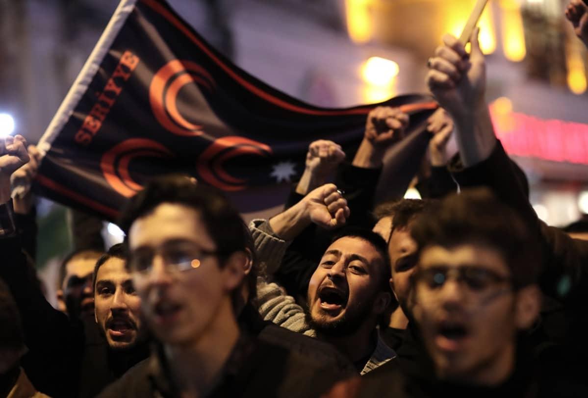 Venäjän vastaisia mielenosoittajia Istanbulissa.