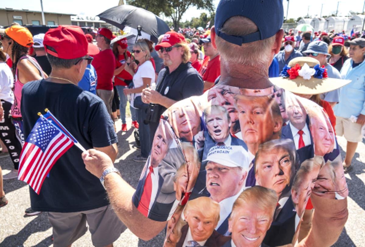 Kuvassa Donald Trumpin kannattajia vaalitilaisuudessa.