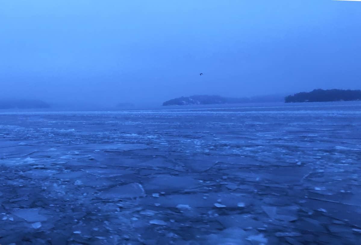 Varhainen talviaamu Saaristomerellä.