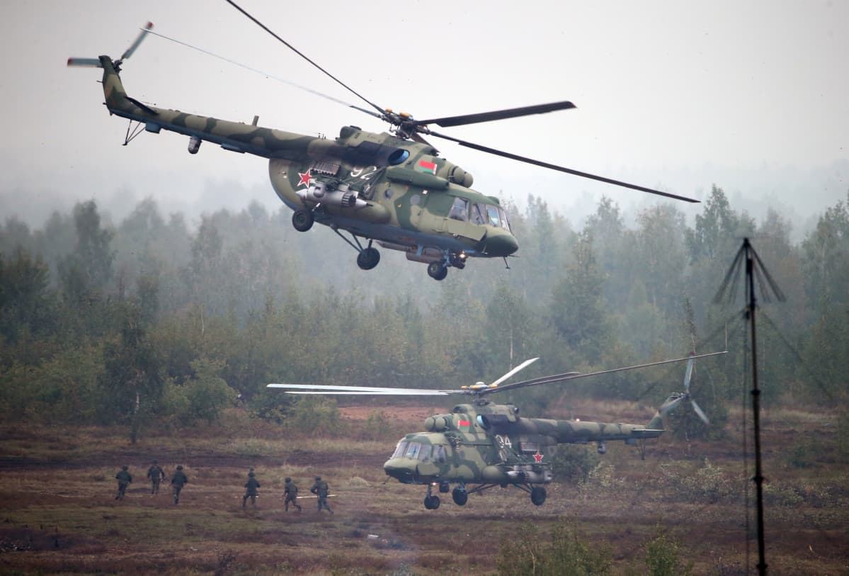 Valkovenäläiset helikopterit ja laskuvarjojääkärit keskellä sotaharjoitusta.