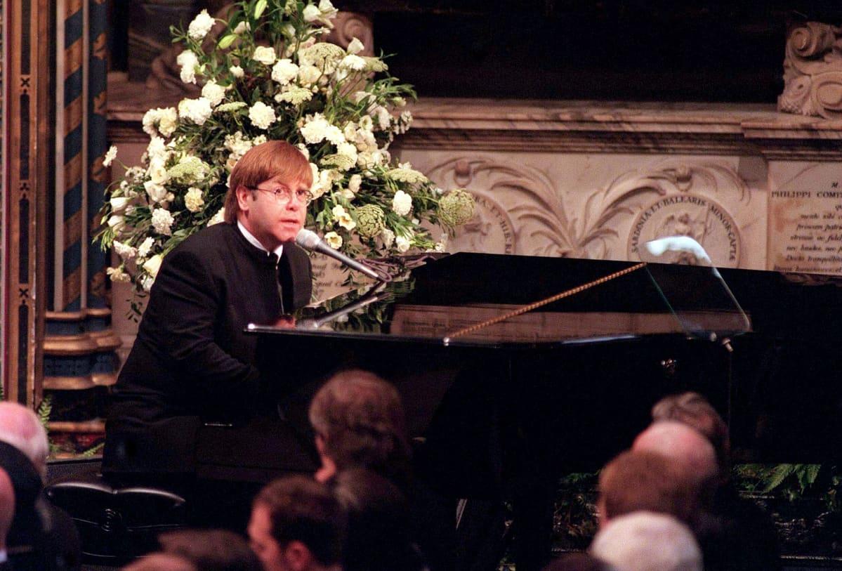 Elton John esiintyi prinsessa Dianan hautajaisissa.