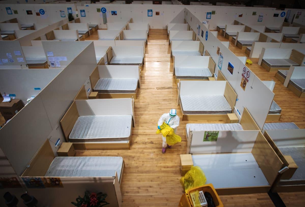 Väliaikaista sairaalaa siivotaan Kiinan Wuhanissa.