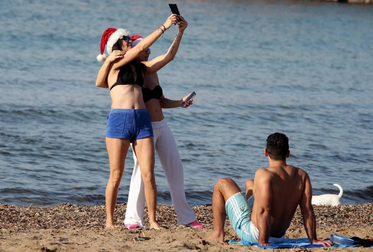 Joulupäivänviettoa rannalla Ateenassa.