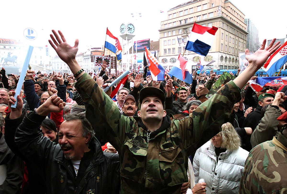 Kroatialaiset veteraanit juhlivat pääkaupunki Zagrebissa Haagin kansainvälisen tuomioistuimen päätöstä vapauttaa kenraalit Ante Gotovina ja Mladen Markac.
