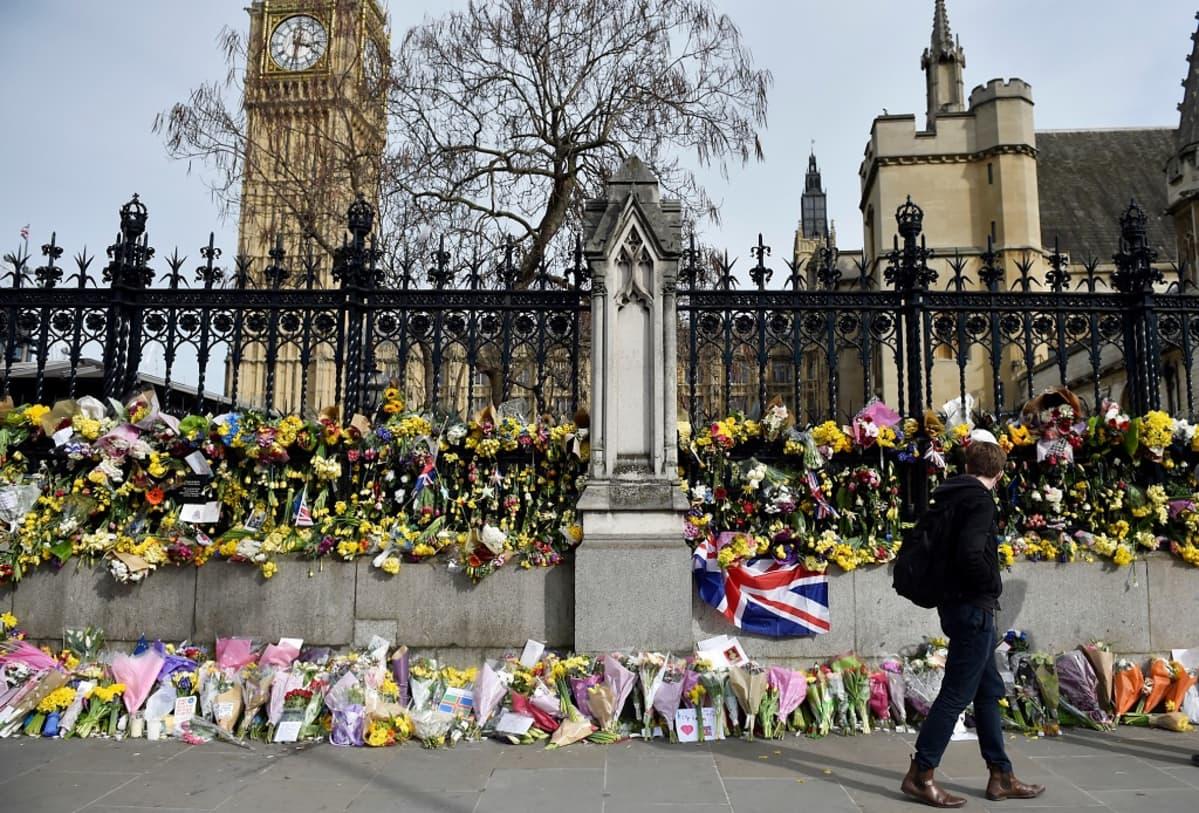 Kukkia ja kynttilöitä on tuotu Lontoon parlamenttitalon edustalle terrori-iskun uhrien muistolle.