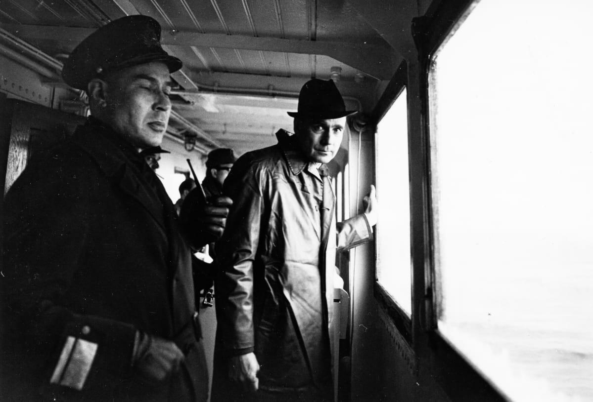 Puolustusneuvosto tutustumassa  merivoimiin, oikealla Mauno Koivisto.