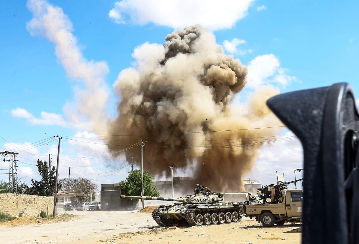 Savupilvi nousee panssarivaunun takana.