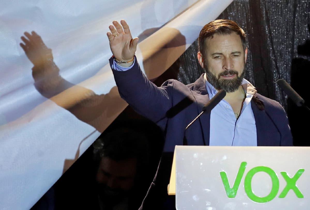 Oikeistopopulistisen VOX-puolueen johtaja Santiago Abasca tapasi kannattajiaan vaalihuoneistojen sulkeuduttua.