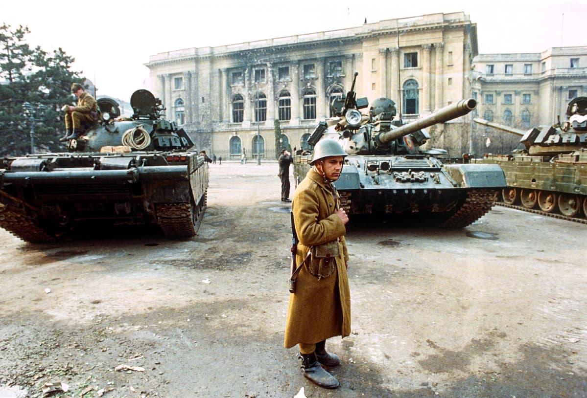 Sotilaita ja tankkeja Romaniassa 1989.