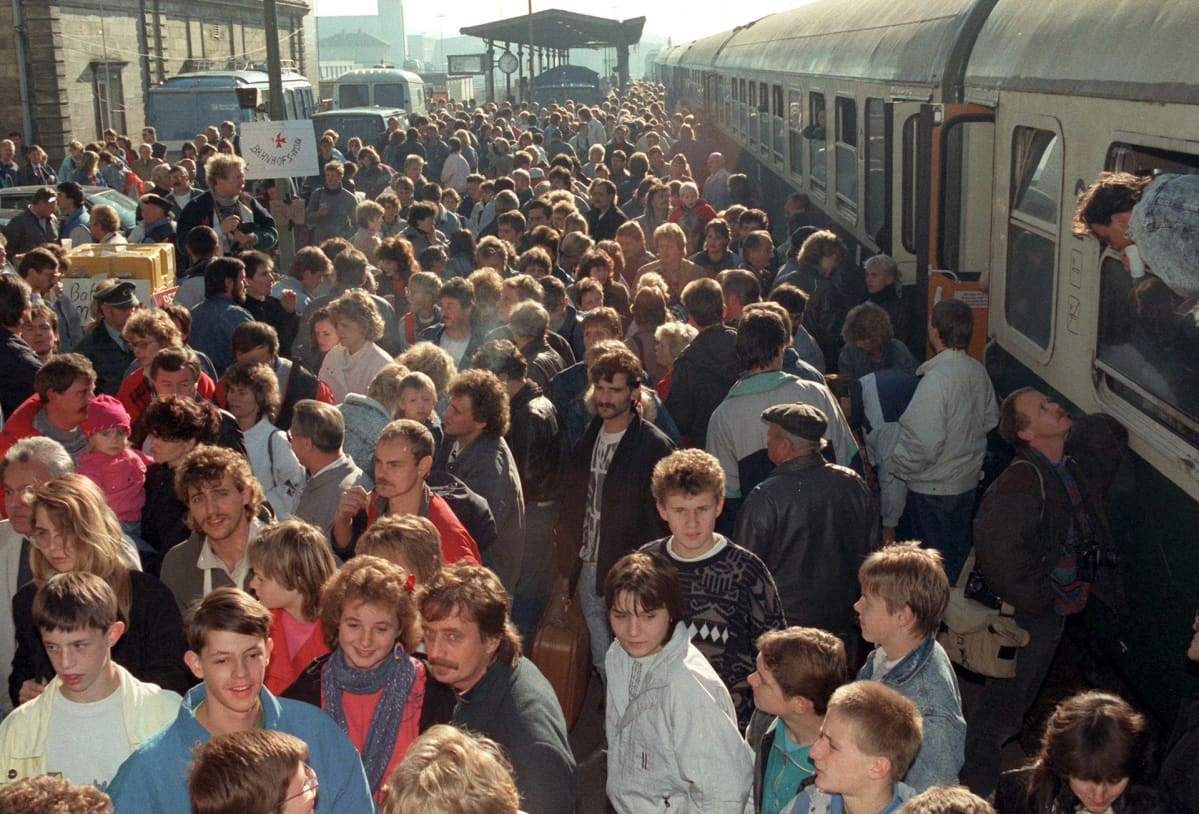 DDR:läisiä pakolaisia kuljetetaan junalla Länsi-Saksaan.