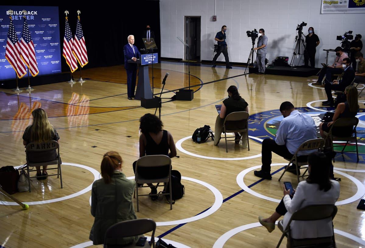 Kuvassa on Joe Biden puhumassa toimittajille.