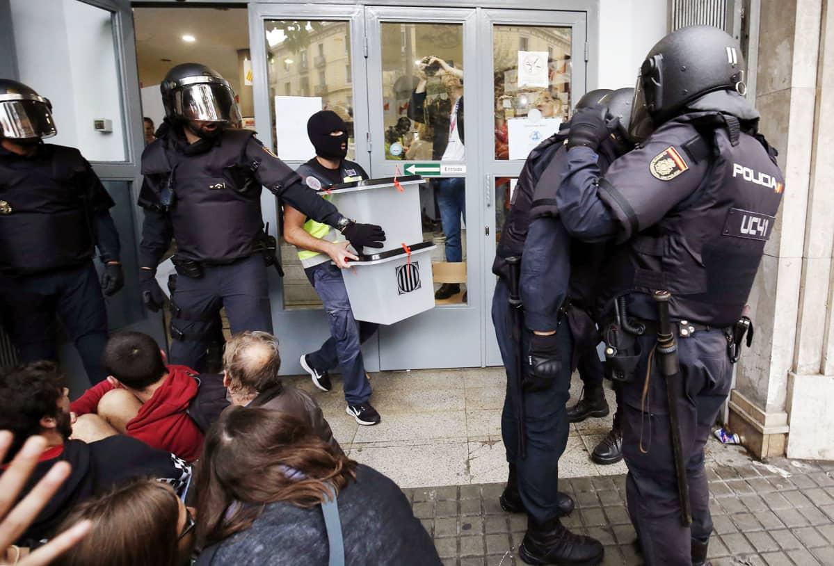 Mellakkapoliisit takavarikoivat äänestyslaatikoita Barcelonassa