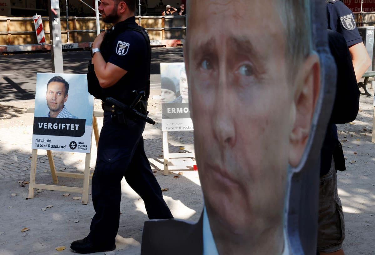 Kuvassa on Venäjän lähetystön edessä Berliinissä oleva mielenilmaus.