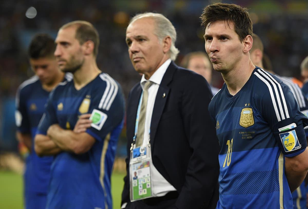 Argentiinan kapteeni Lionel Messi (oik.) ja valmentaja Alejandro Sabella (kesk.) sulattelevat häviötä MM-loppuottelussa Saksaa vastaan 13. heinäkuuta 2014.