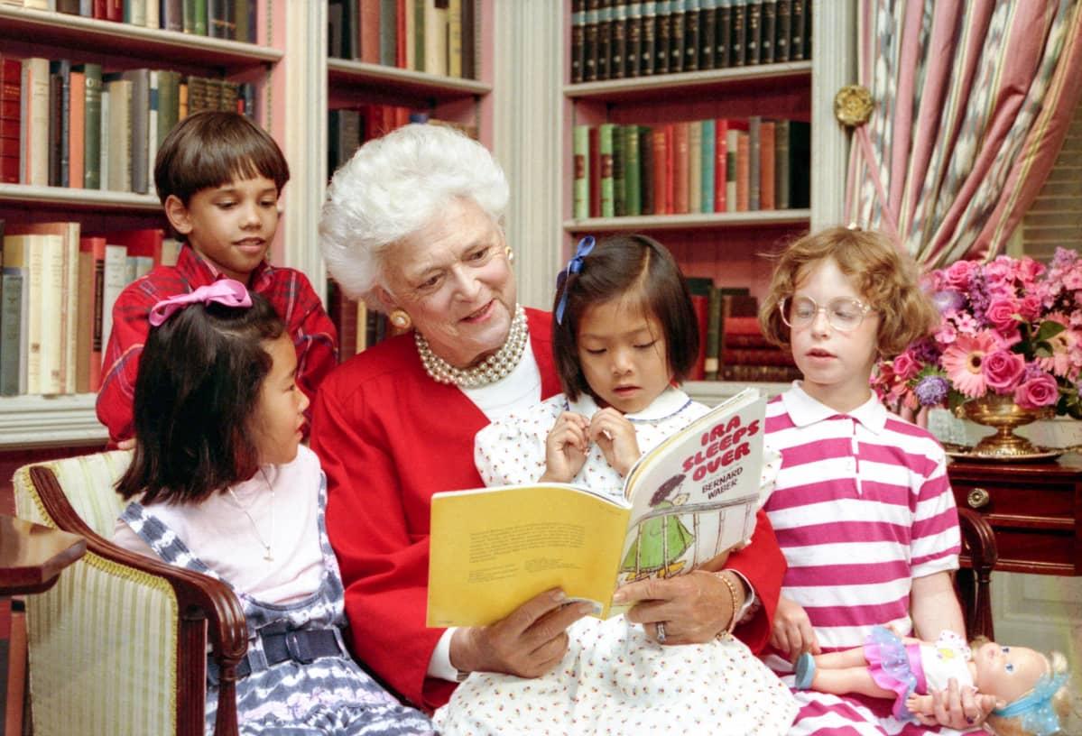 Barbara Bush lukee lapsille satua